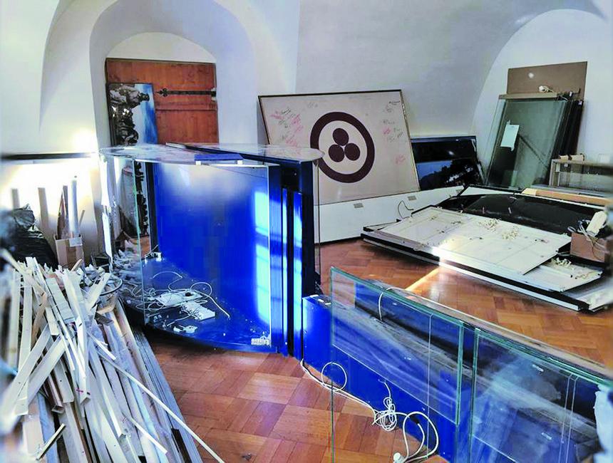 Остатки разбитых витрин зала Живой Этики