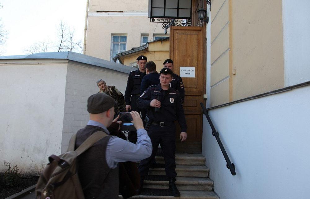 ОМОН у входа в административную часть Музея имени Н.К. Рериха