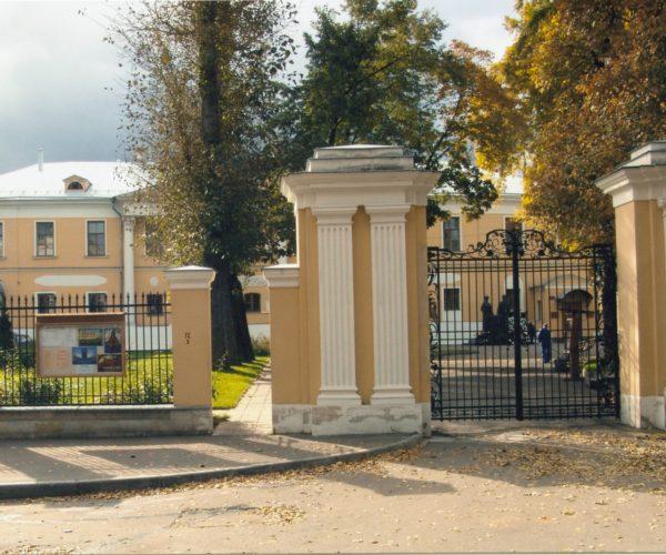Историческая ограда усадьбы Лопухиных после реставрации