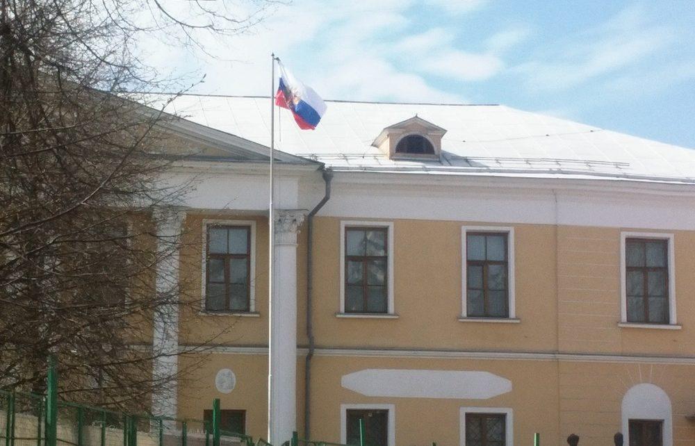 «Сувенирный» флаг России вместо Знамени Мира