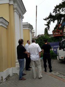 Демонтируют информационный щит общественного Музея имени Н.К. Рериха