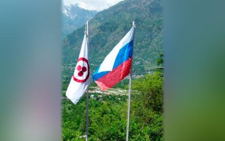 Знамя Мира и Российский флаг