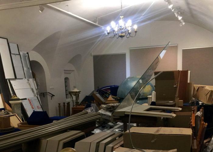 Сломанный глобус из зала Знамени Мира, а так же остатки витрины из зала Кулу