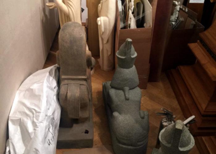 Скульптуры святых, поставленные лицом к стене, а также сфинксы из Петербургского зала