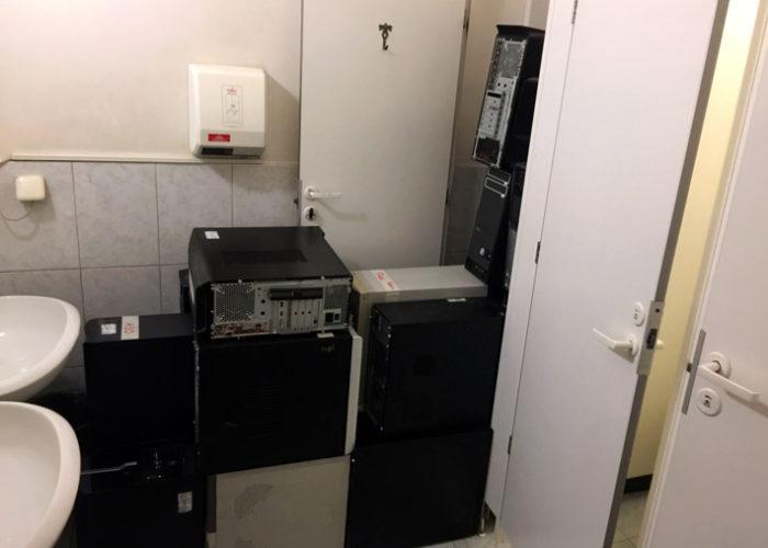 Системные блоки, вынесенные в туалет и поставленные друг на друга