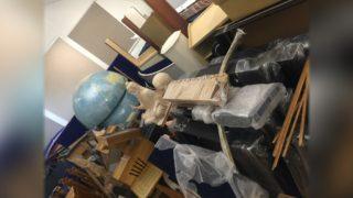 Сломанный глобус и части экспозиции